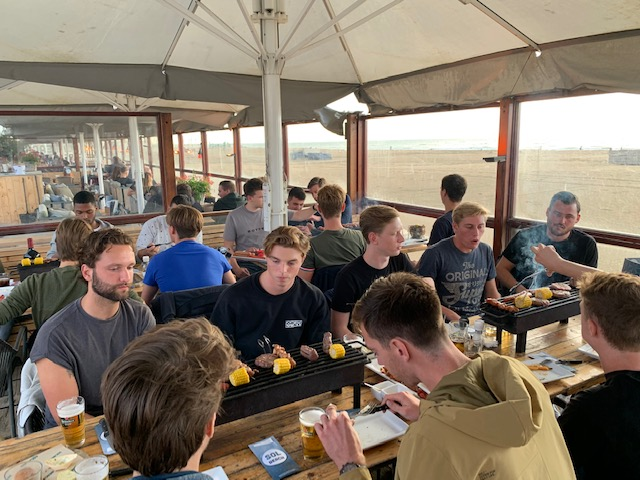 Forum Sport 3 sluit seizoen 2019/2020 af met barbecue in Solbeach aan het strand van Scheveningen. Liam Wynne wordt gekozen tot speler van het jaar
